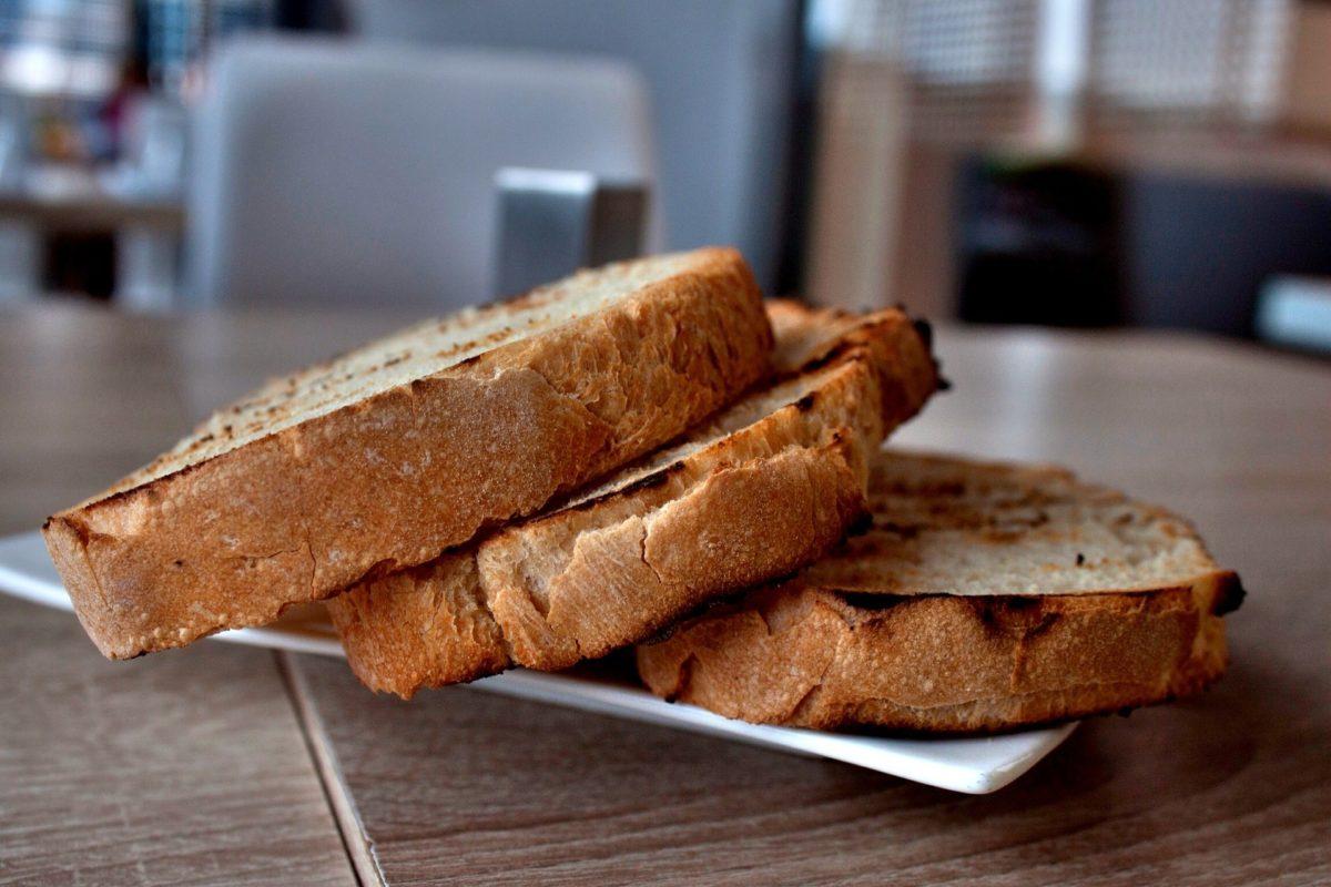 Toast aus Toaster mit Glasscheibe