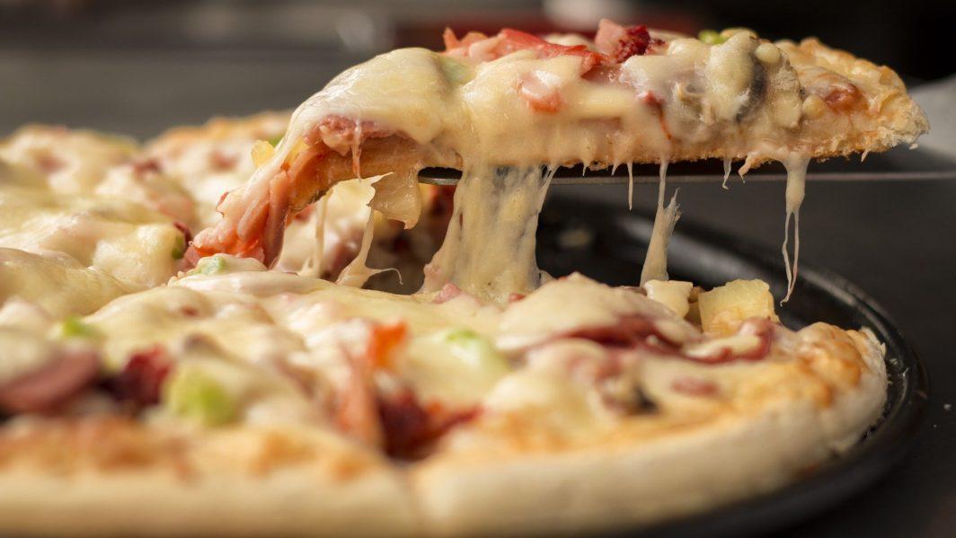 Pizza frisch aus dem Tisch Pizzaofen