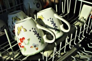 Tassen in der Spülmaschine
