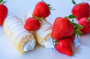 Schaumrolle gemacht mit Schaumrollenformen und Erdbeeren