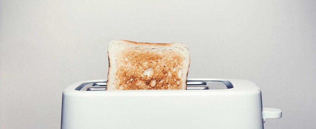 Weißer Toaster mit Quarglasheizung