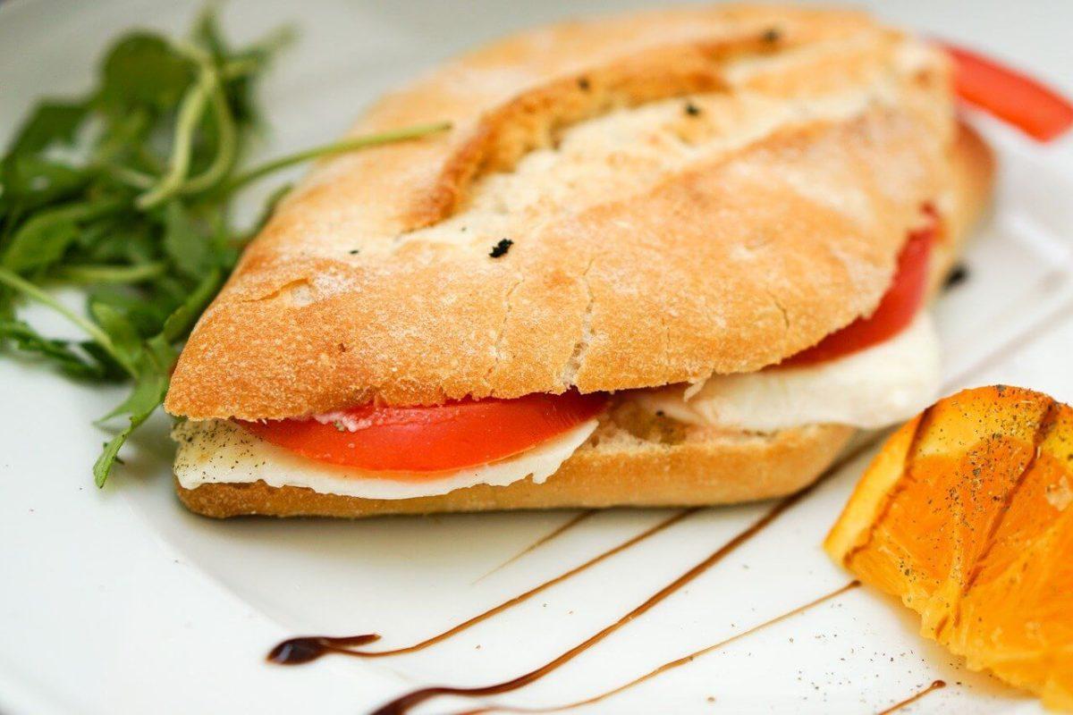 Panini Brot belegt und schoen angerichtet